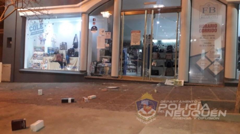 Un policía de franco detuvo a un hombre que había estrellado su moto para robar una farmacia de Neuquén. (Foto: Gentileza).