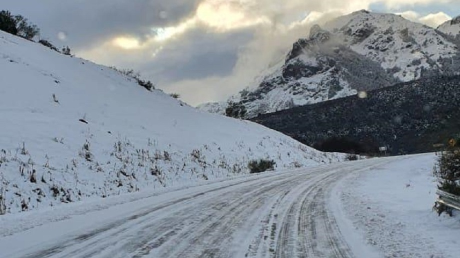 La ruta nacional 40 presenta nieve y hielo.