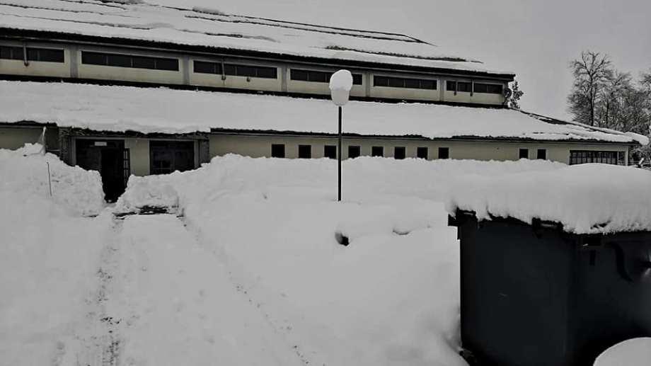 El polideportivo Municipal, también cubierto de nieve. (Foto: gentileza)