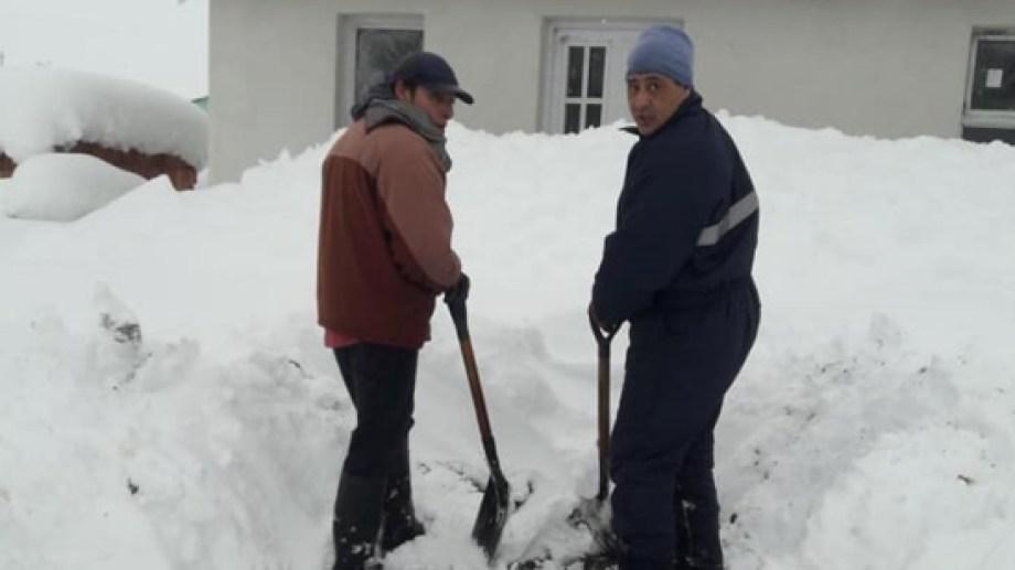 Los vecinos tratan de abrir paso para poder salir de sus viviendas. (Foto: gentileza)