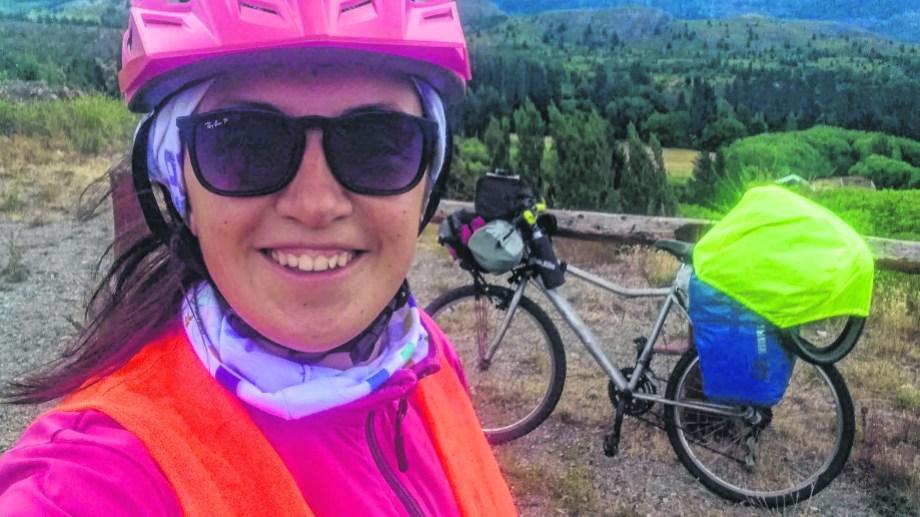 Carla y su bicicleta en medio de la travesía por la Patagonia.