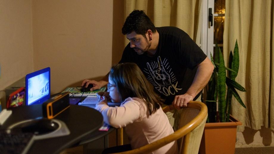 Los padres acompañaron las clases de zoom y las tareas. Foto: Marcelo Martinez