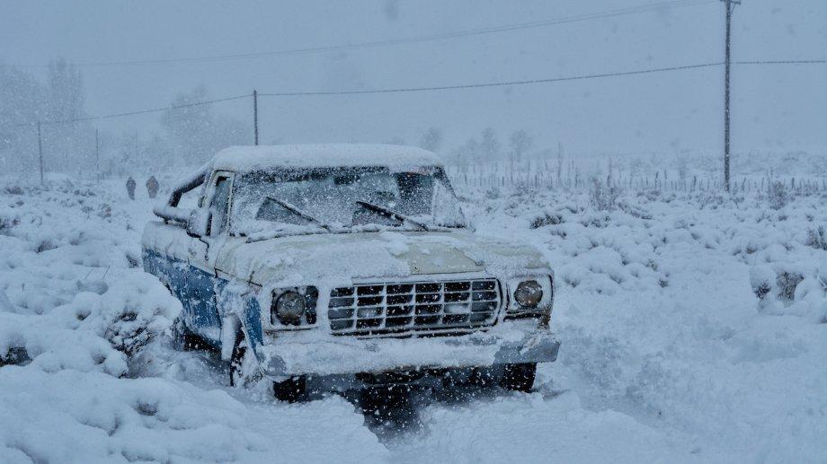 La camioneta modelo 80 entre Manzano Amargo y Pichi Neuquén durante la última nevada en el norte neuquino. Foto: Comisión de Fomento de Manzano Amargo.