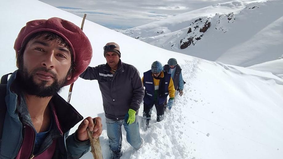 Félix, en primer plano, junto a Antonio, Alejandro y Eugenio, subiendo la montaña. (Gentileza).-