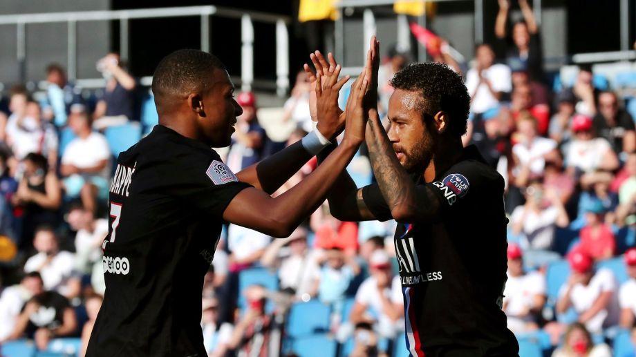 Mbappe y Neymar festejan un gol ante la mirada del público presente. (Foto: AP)