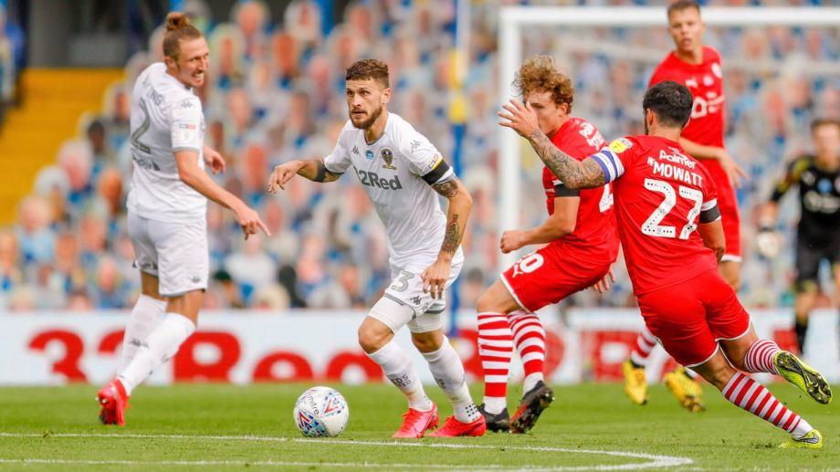 El Leeds superó 1-0 al Barnsley y le sacó 5 puntos de ventaja a su escolta, West Bromwich Albion, a dos fechas para el final del campeonato.