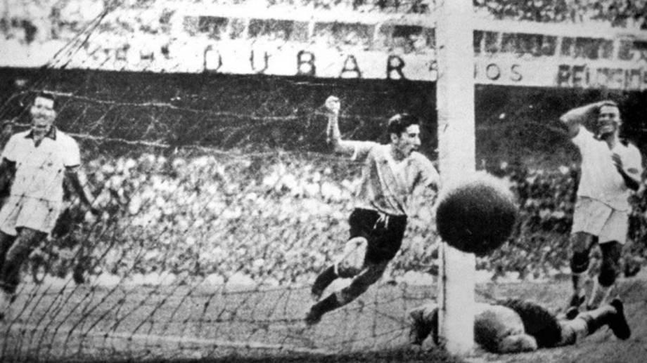 Alcides Ghiggia, a 11 minutos del final, marca el 2-1 para Uruguay y enmudece a los 200 mil brasileños presentes en el Maracaná.