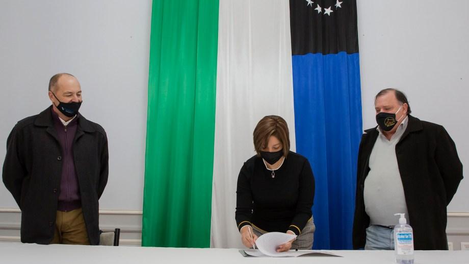 La gobernadora Carreras firmó el decreto respectivo. Foto: gentileza.