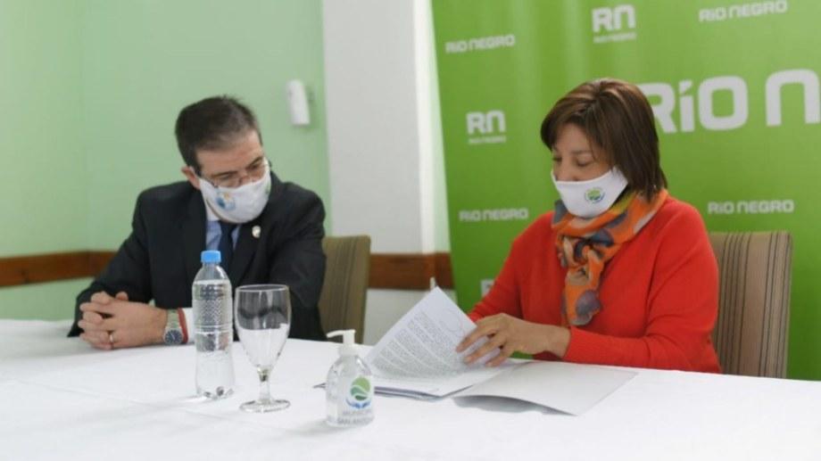 Carreras firmó convenios con los intendentes de San Antonio Oeste y Valcheta. Foto: gentileza.