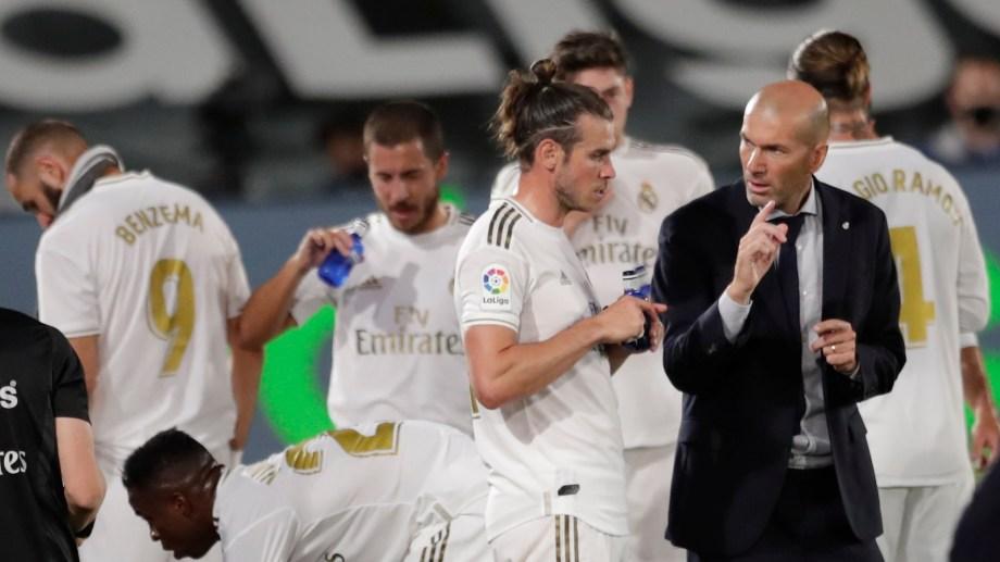 """""""Sabemos que nos quedan seis finales, una es contra Getafe, y debemos pensar únicamente en repetir y hacer lo máximo para ganar nuestro partido, nada más"""". Zidane es cauto a pesar de la posibilidad de que su equipo estire la ventaja en la cima. (AP Photo/Bernat Armangue)"""