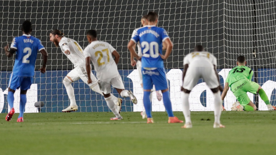 A falta de 11' para el final, Sergio Ramos le dio la victoria al Real Madrid ante el Getafe. (AP Photo/Bernat Armangue)
