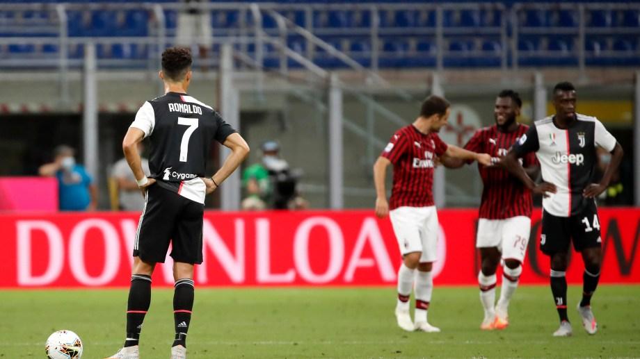 Cristiano Ronaldo observa el festejo de Ante Rebic, autor del cuarto gol del Milan. (AP Photo/Antonio Calanni)
