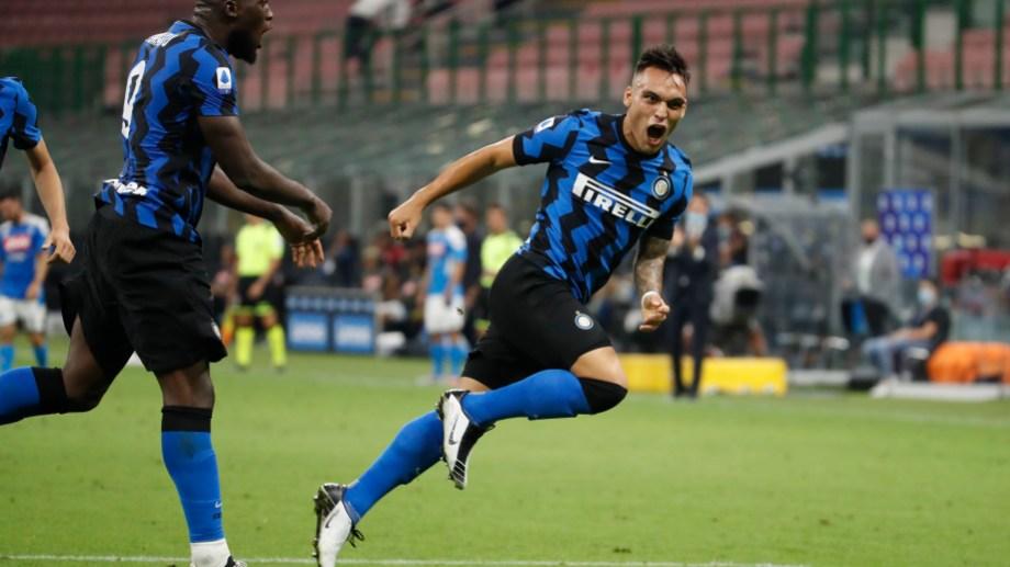 Lautaro Martinez celebra su gol ante el Napoli en el estadio San Siro de Milan. (AP Photo/Antonio Calanni)
