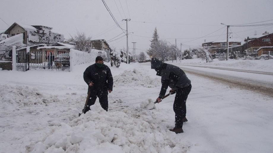 Vecinos con las palas para despejar la nieve de los ingresos a sus casas, un clásico de estos días en Bariloche. Foto: Marcelo Martinez
