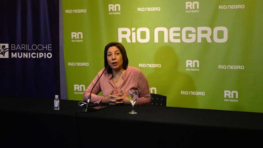 """La gobernadora Arabela Carreras valoro este viernes """"a las comunidades originarias pacíficas que trabajan por el bien de la gente""""."""