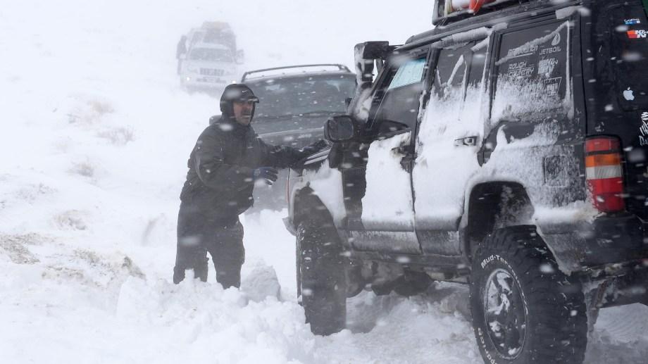 La caravana solidaria que partió de Bariloche tuvo que hacer en dos días el viaje porque un temporal de nieve hizo imposible llegar a destino en la primera jornada. (Foto Alfredo Leiva)