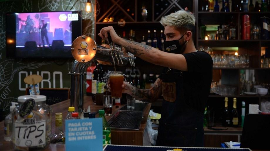 Los locales gastronómicos y bares de Bariloche pueden atender hasta las 23. Archivo