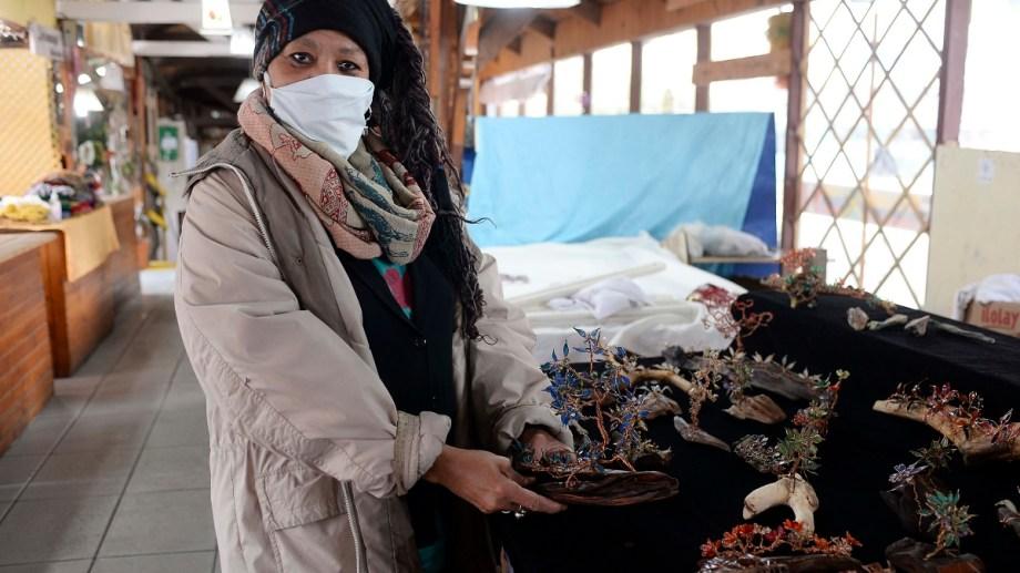 Brenda volvió a su puesto de artesanías de la feria de Bariloche, con producción 10% de cuarentena. Foto: Alfredo Leiva
