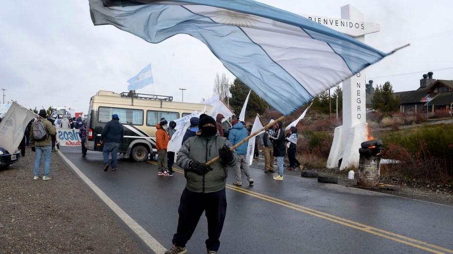 Los trabajadores temporarios gastronómicos exigen una ayuda del Gobierno nacional y vuelven a cortar la ruta. Archivo: Alfredo Leiva