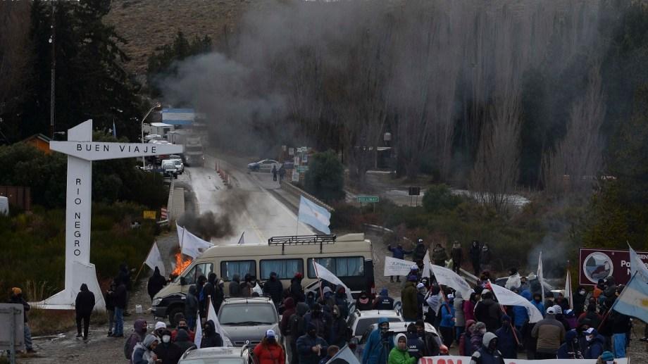 El ingreso a Río Negro por el puente del río Limay, en Dina Huapi, fue bloqueado por Uthgra que reclama ayudas para los temporarios. Foto: Alfredo Leiva