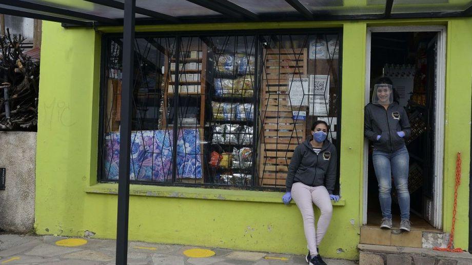 La verdulería Ustari, del barrio Ñireco, instaló un techo para la espera de sus clientes en la vereda. Foto: Alfredo Leiva