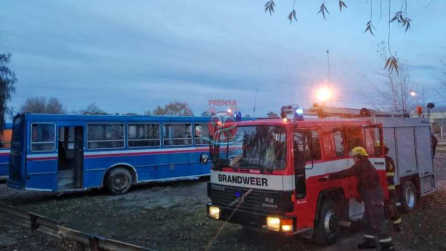 El incendio se produjo esta mañana en el obrador municipal. Lanzaron una bomba molotov contra una unidad que estaba estacionada. (foto: bomberos voluntarios)