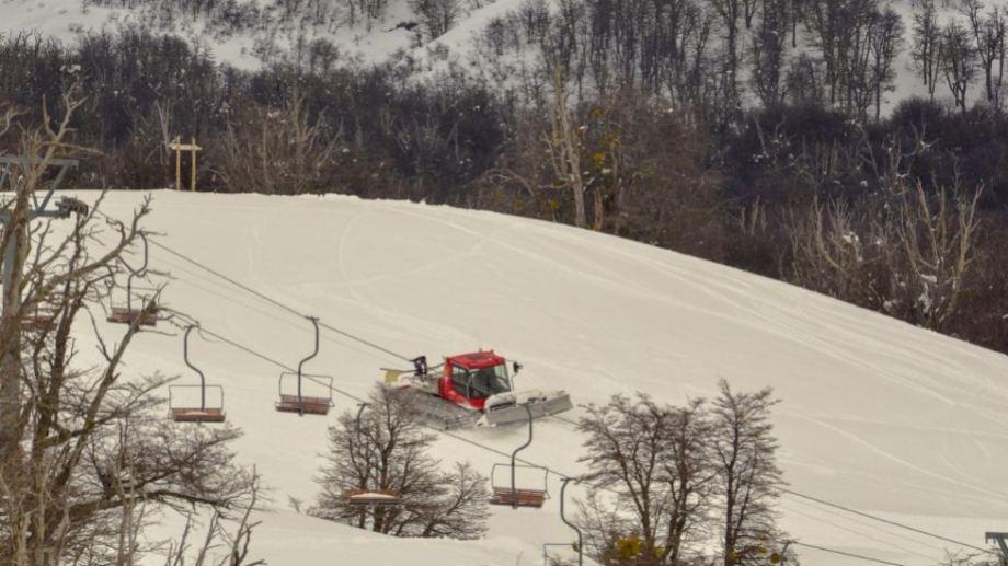 Trabajos en las pistas hoy en Chapelco. Hay 1,10 mts de nieve acumulados en la base; 2,15 mts en interme dia y desde cota 1700 hacia arriba entre 2,40 y 3 mts. Foto: Patricio Rodríguez