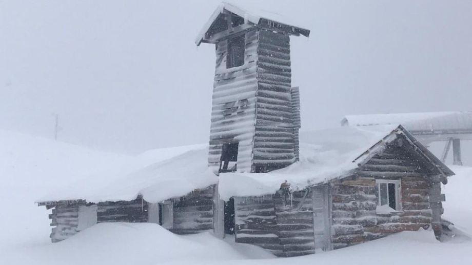 Un icónico refugio de Chapelco durante una de las últimas nevadas.