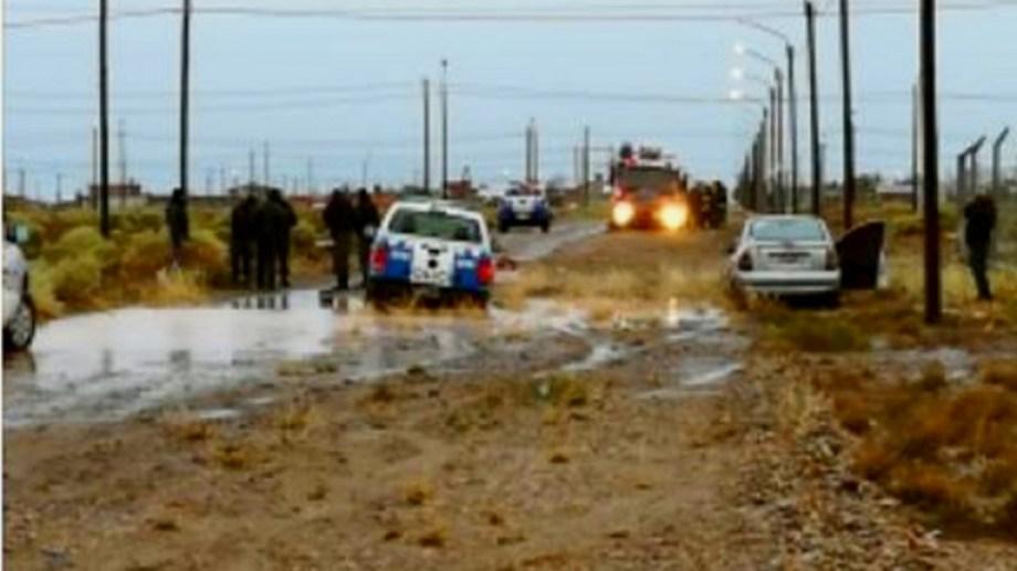Durante una persecución, un móvil de la Policía de Neuquén y el auto en el que huían los supuestos ladrones se enterraron en el barro. Bomberos también se atascó cuando iba a auxiliarlos. (Foto: Gentileza Centenario Digital).