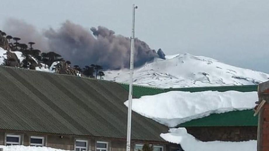 Ayer el volcán Copahué emitió una intensa columna de cenizas que llamó la atención de los vecinos. (Gentileza).-