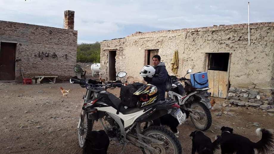 Yanca recorre la amplia zona rural en moto. A veces lo acompaña algún amigo o compañero de trabajo.. (Foto: gentileza)