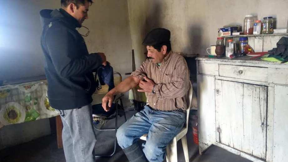 Guillermo Yanca es agente sanitario en Chipauquil y hace atención primaria en una amplia zona de la Meseta de Somuncura. (foto: gentileza)
