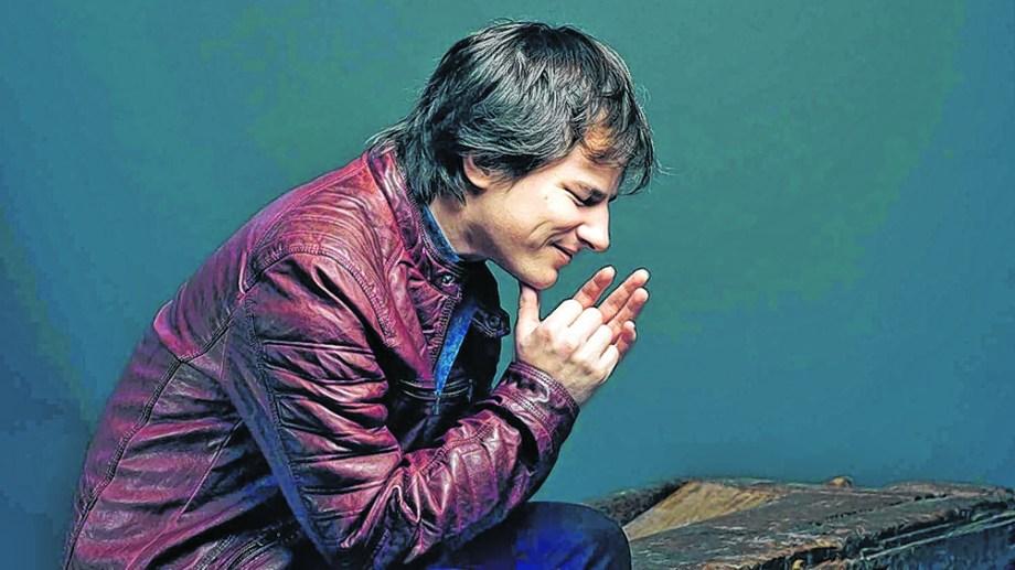 Nahuel Pennisi, hoy de 29 años, se lanzó como artista callejero a los 16, en Buenos Aires, y nunca abandonó la música.