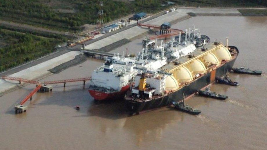 El acceso de buques más grandes permitirá elevar la capacidad de procesamiento del barco regasificador.