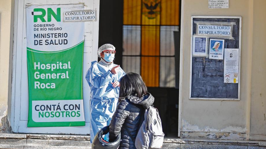 El hospital de Roca tiene una importante demanda en estos días. Foto: Juan Thomes.-
