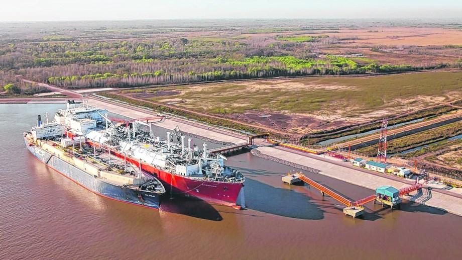 En el puerto de Escobar funciona el único barco regasificador que había en el país. Inyecta hasta 22 millones de metros cúbicos por día.