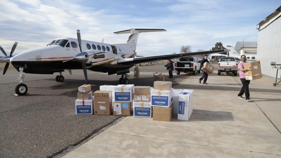 Los respiradores que buscan reforzar las unidades de terapia intensiva de Neuquén llegaron vía aérea.  Foto: gentileza.
