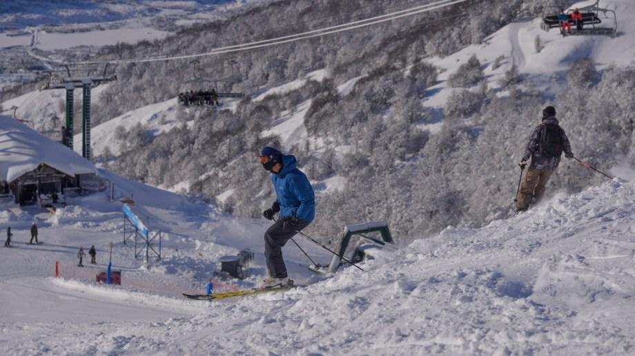 Las condiciones de nieve en el arranque del cerro Catedral son ideales. Hoy abrió la montaña. Foto: Marcelo Martínez