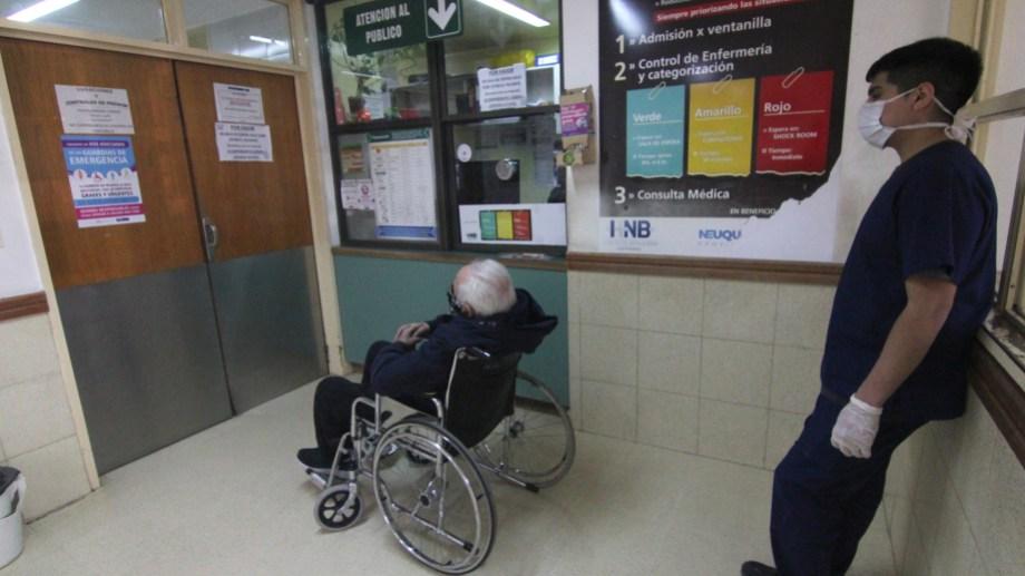 La guardia del hospital de Centenario. Foto: Oscar Livera