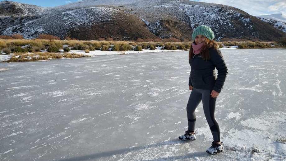 Vecinos de Pilcaniyeu aprovecharon este domingo para disfrutar del paisaje y  río congelado