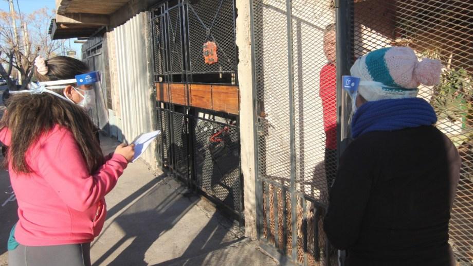 La municipalidad realiza encuestas en los barrios para detectar casos sospechosos. Foto Oscar Livera