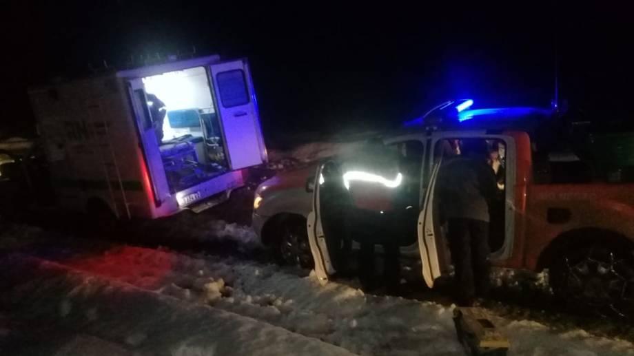 La ambulancia del hospital y vehículos del municipio de Pilcaniyeu fueron al encuentro de la joven accidentada. (Foto: gentileza)