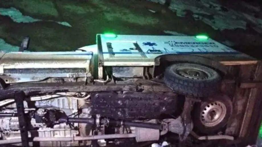 Una ambulancia volcó sobre Ruta 237, a pocos kilómetros de Piedra del Águila. (Foto: Gentileza Realidad Sanmartinense).