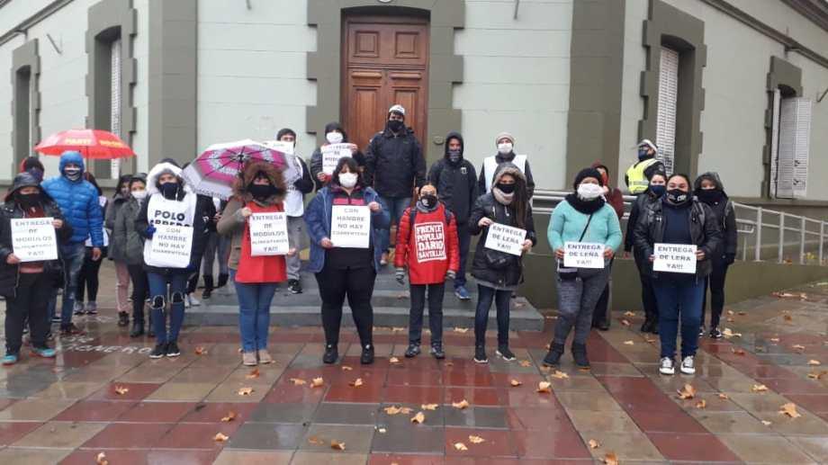 Organizaciones sociales reclamaron por la entrega de módulos alimentarios y leña, frente a Casa de Gobierno, en Neuquén.