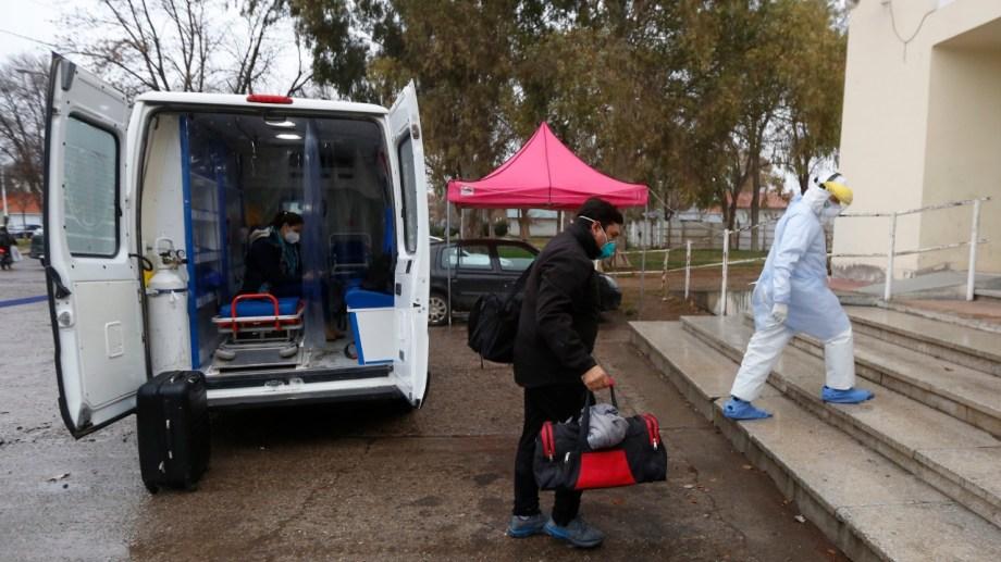 Los trabajadores del hospital de Cervantes dejaron un mensaje optimista en su llegada a Roca.
