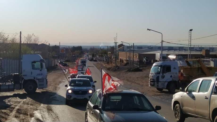 La caravana en apoyo a la cerámica Neuquén comenzó frente a la fábrica para llegar a la Casa de Gobierno. (Gentileza).-