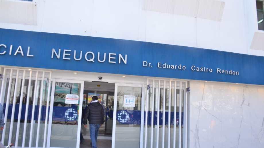 Compañeros de Miguel Sisterna hicieron un abrazo simbólico en el hospital regional Castro Rendón (foto Yamil Regules)