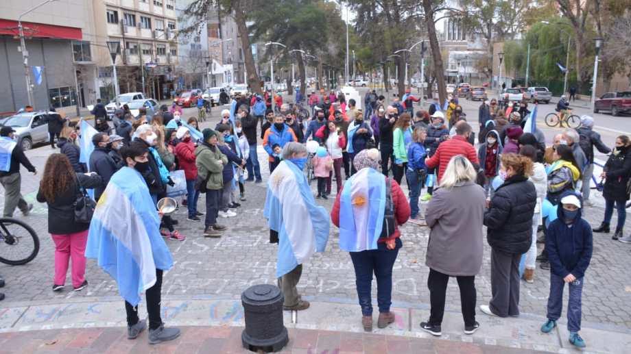"""El """"banderazo"""" se realizó el jueves pasado, Día de la Independencia. (Archivo Yamil Regules).-"""