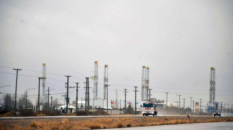 Las torres de perforación inactivas pueden verse al costado de la Autovía Norte en el Parque Industrial de Neuquén.  Foto: Yamil Regules.