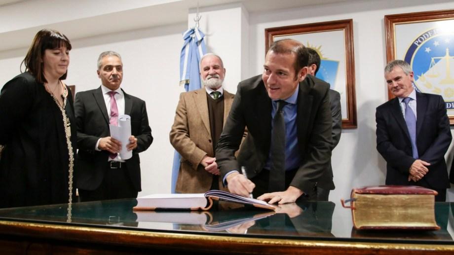 Gutiérrez durante la jura del único vocal del tribunal nominado por él: Germán Busamia. Ahora deberá cubrir una segunda vacante. Foto archivo.